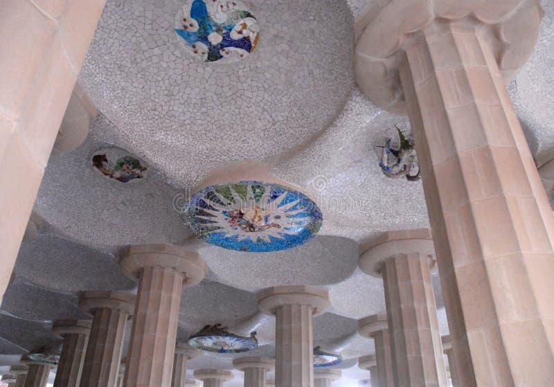 一个特殊大厦的天花板在公园Guell由Gaudi设计了在巴塞罗那,西班牙 库存图片