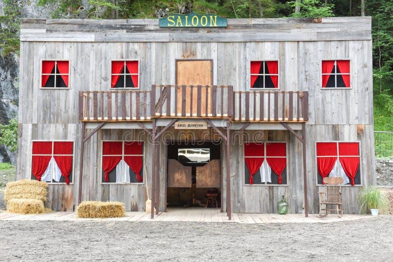 一个狂放的西部牛仔镇的交谊厅 免版税库存照片