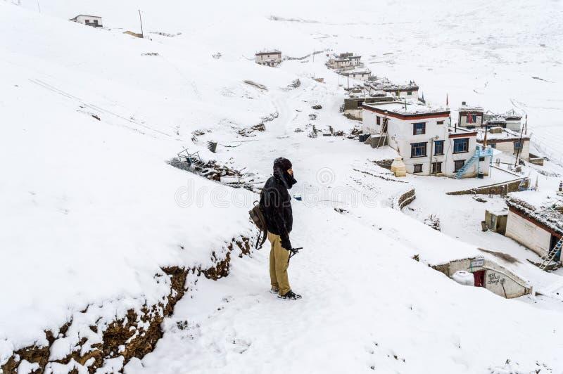 一个独奏旅客-积雪的Langza村庄, Spiti谷,喜马偕尔邦 免版税库存照片