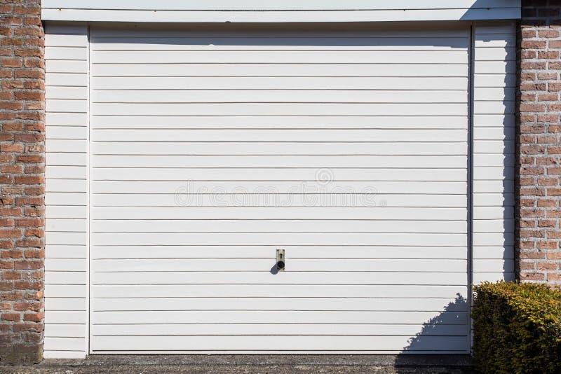 一个独立式住宅的白色车库门 库存照片