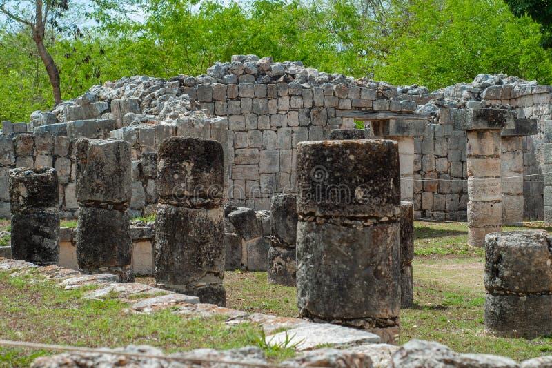一个玛雅寺庙的废墟和专栏,在奇琴伊察考古学地区  免版税库存图片