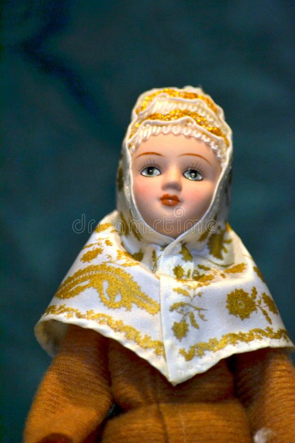 一个玩偶的画象在一套民间服装的 库存图片