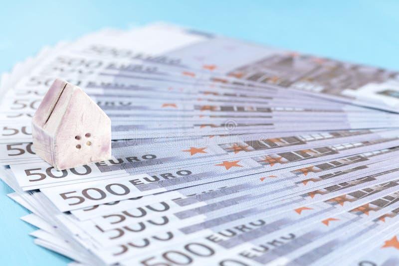 一个玩具房子的概念钞票背景的500 e 免版税库存图片