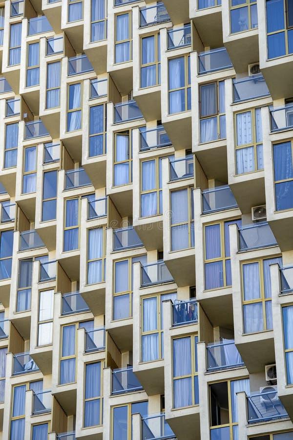 一个现代公寓的门面,外部和建筑学设计观念 免版税库存图片