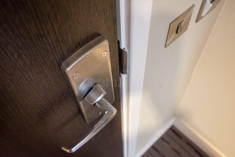 一个现代公寓门手和锁系统的详细的看法 库存照片