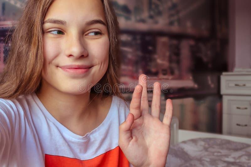 一个现代十几岁的女孩的纵向 免版税库存图片