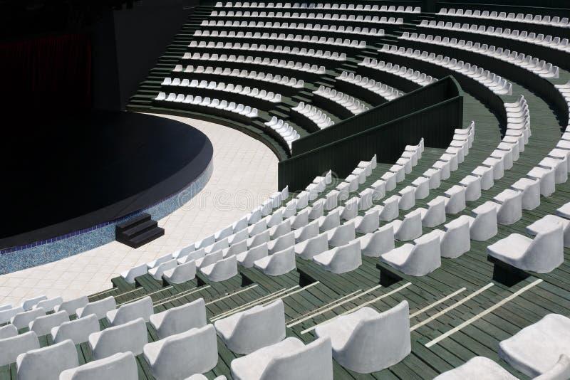一个现代夏天室外圆形剧场和一个阶段的正面看台小娱乐事件的 免版税库存照片