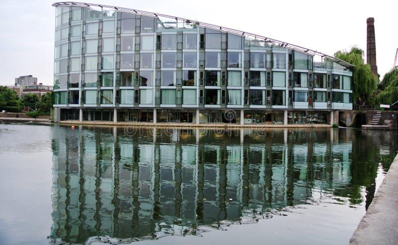 一个现代大厦的反射在伦敦运河的 免版税库存图片