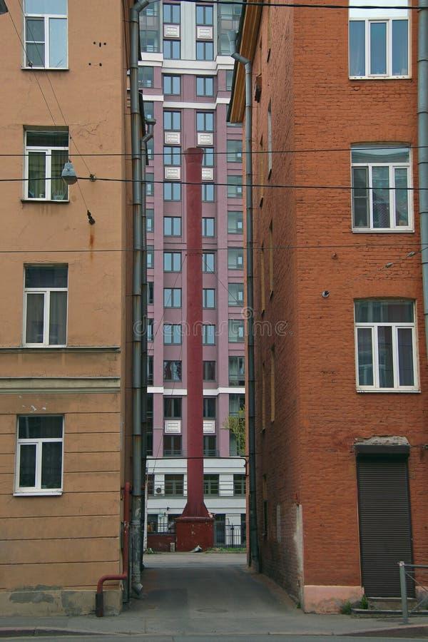 一个现代大厦的看法在段落的在老房子之间 免版税图库摄影