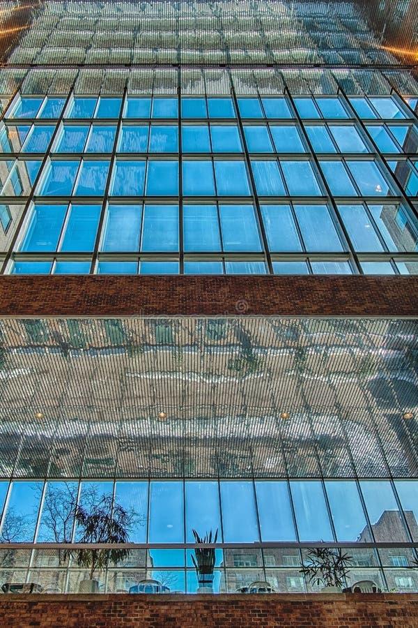 一个现代大厦的看法 库存图片