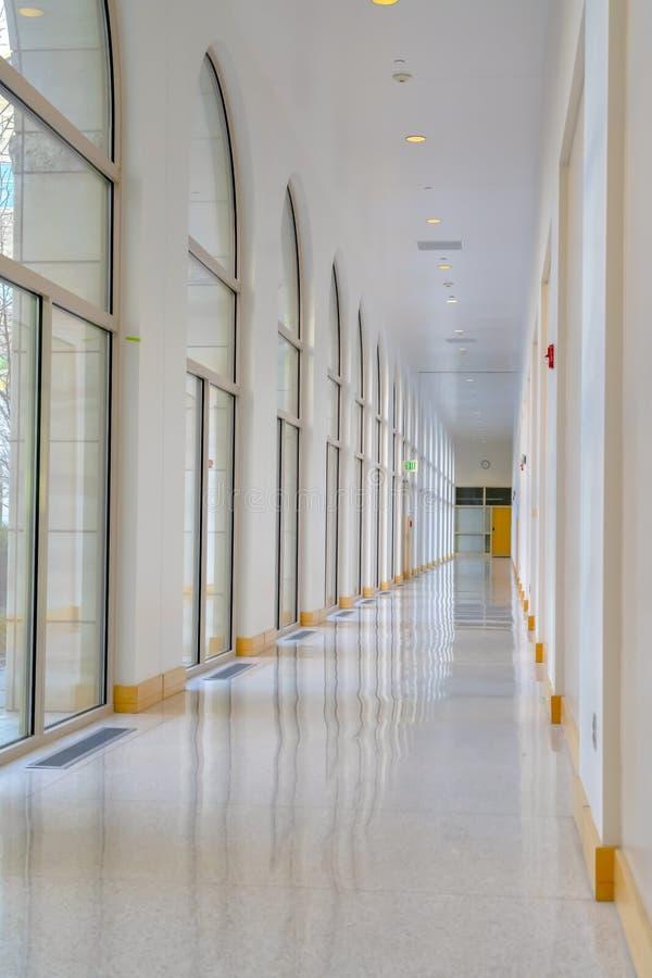 一个现代大厦的走廊与被成拱形的窗口的 免版税图库摄影