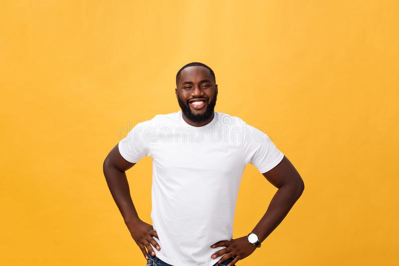 一个现代年轻黑人微笑的身分的画象在被隔绝的黄色背景的 库存照片