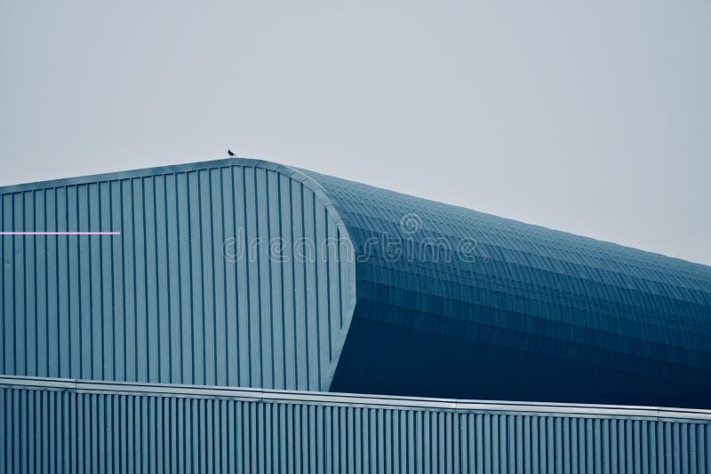 一个现代建筑大厦的时髦的屋顶 免版税库存图片