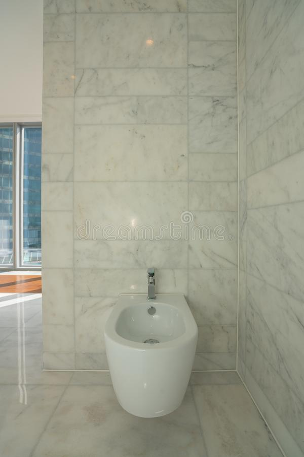 一个现代房子的美丽的内部卫生间 免版税库存图片