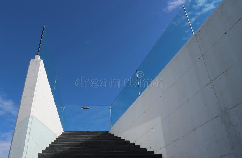 一个现代未来派房子的优美的黑白石台阶有玻璃门的在上面 现代最低纲领派建筑学detai 免版税库存图片
