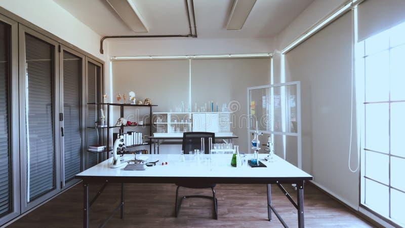 一个现代生物实验室的内部 供与显微镜和实验室玻璃器皿的科学研究使用打算的屋子对桌 免版税库存照片
