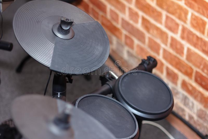 一个现代电子鼓的图象的关闭设置作为音乐backg 库存图片