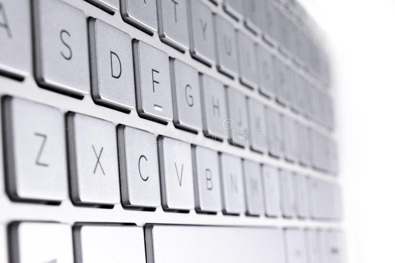 一个现代银色手提电脑键盘的特写镜头 E 新和人体工程的键盘的细节 库存照片