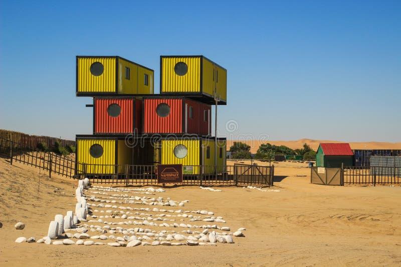 一个现代,简单,流动和紧凑容器房子 木屋是明亮红色和黄色的 免版税库存图片