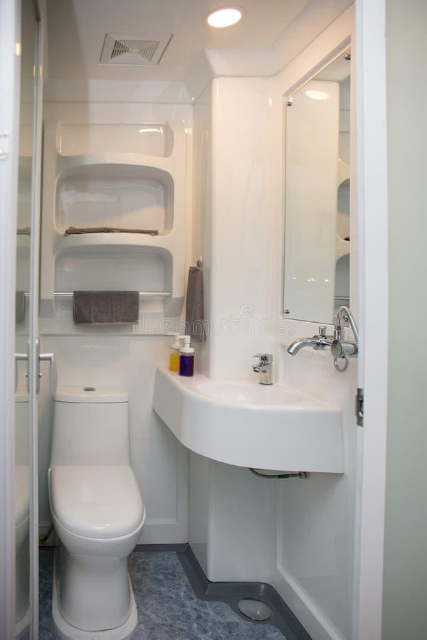 一个现代minimalistic小卫生间的内部 免版税库存照片
