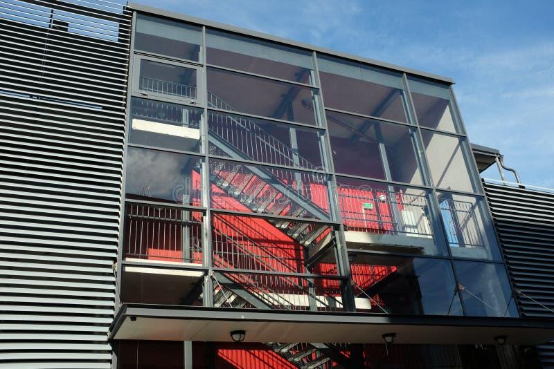 一个现代大厦的玻璃楼梯间 图库摄影