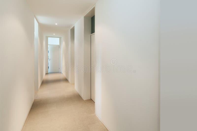 一个现代房子的内部,走廊 免版税库存图片