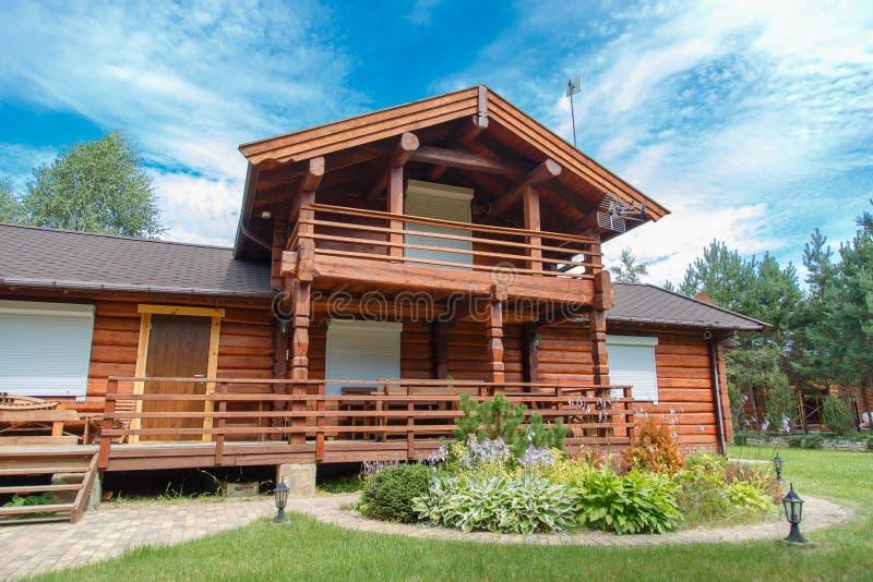 一个现代木房子由日志做成 看法从外面在夏天 库存照片