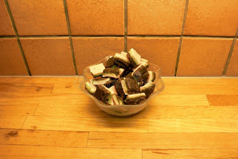 一个玻璃碗充满自创层状糖果店 免版税库存照片