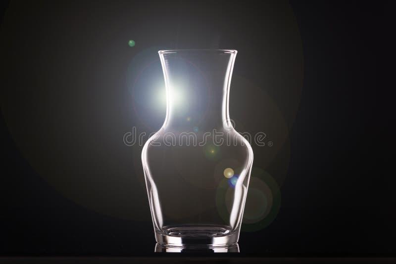 一个玻璃花瓶,布局的一个水平的安排的概述在黑背景的 库存图片