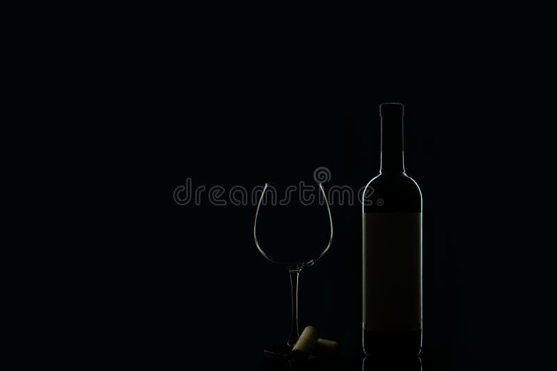 一个瓶与玻璃的红酒 库存照片