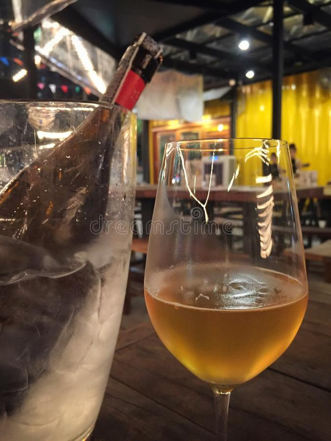 一个瓶低度黄啤酒 免版税库存图片
