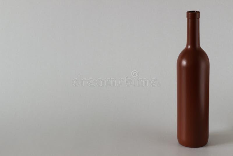 一个瓶在白色背景的红葡萄酒 免版税库存照片