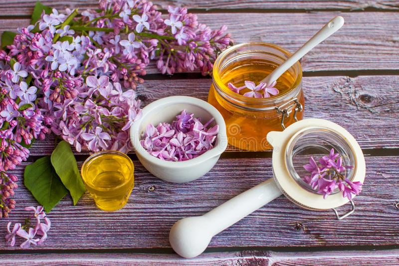 一个瓶子芬芳花蜂蜜 蜂蜜被保存的和淡紫色花 免版税图库摄影