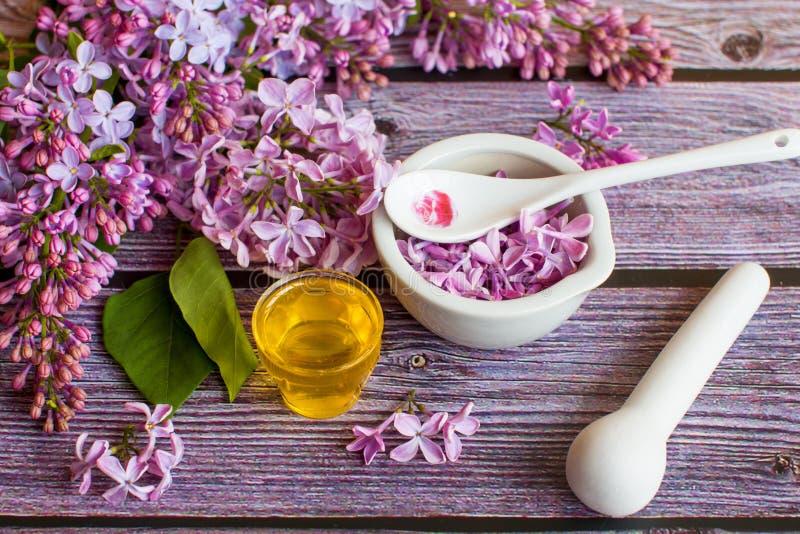 一个瓶子芬芳花蜂蜜 蜂蜜被保存的和淡紫色花 免版税库存照片
