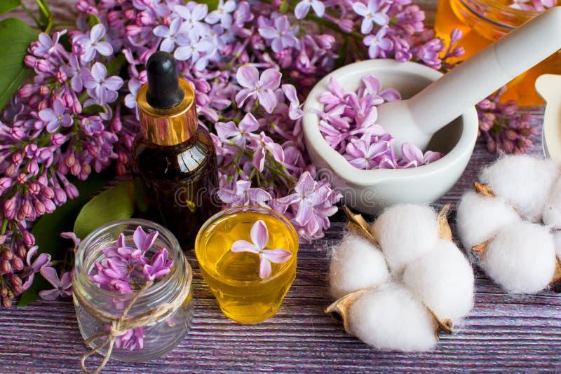 一个瓶子芬芳花蜂蜜 蜂蜜被保存的和淡紫色花 库存图片