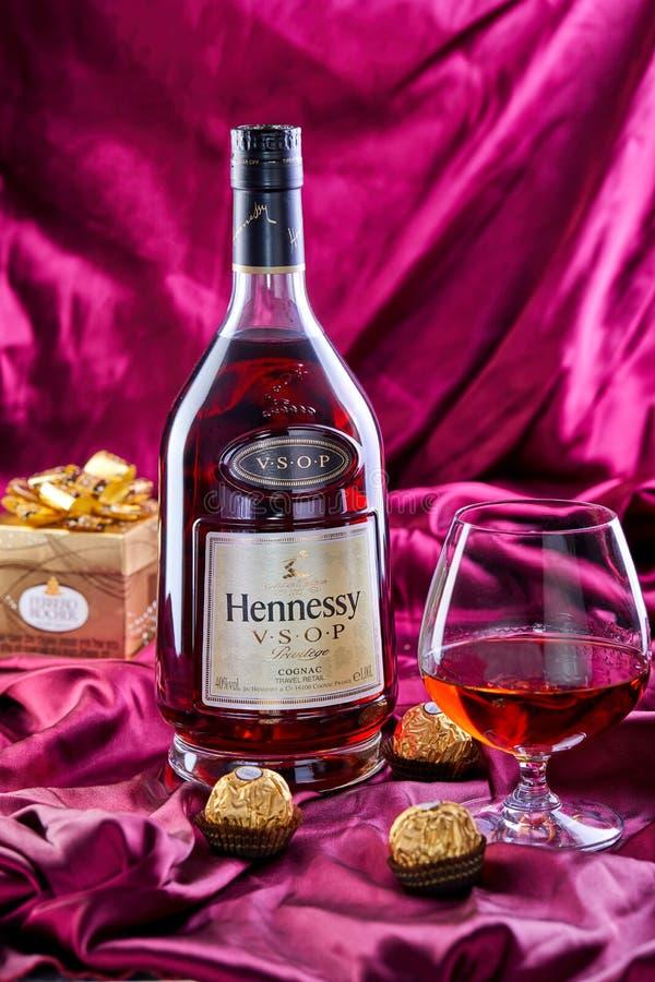 一个瓶法国科涅克白兰地轩尼诗v S O 与一杯的P科涅克白兰地和巧克力 免版税库存照片