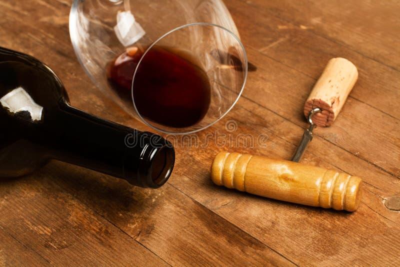 一个瓶酒、玻璃和一老corckscrew 免版税库存照片