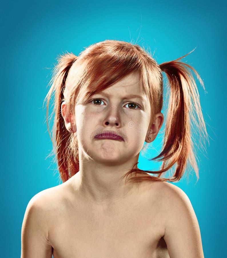 一个生气的不满的小女孩的美丽的画象 库存图片