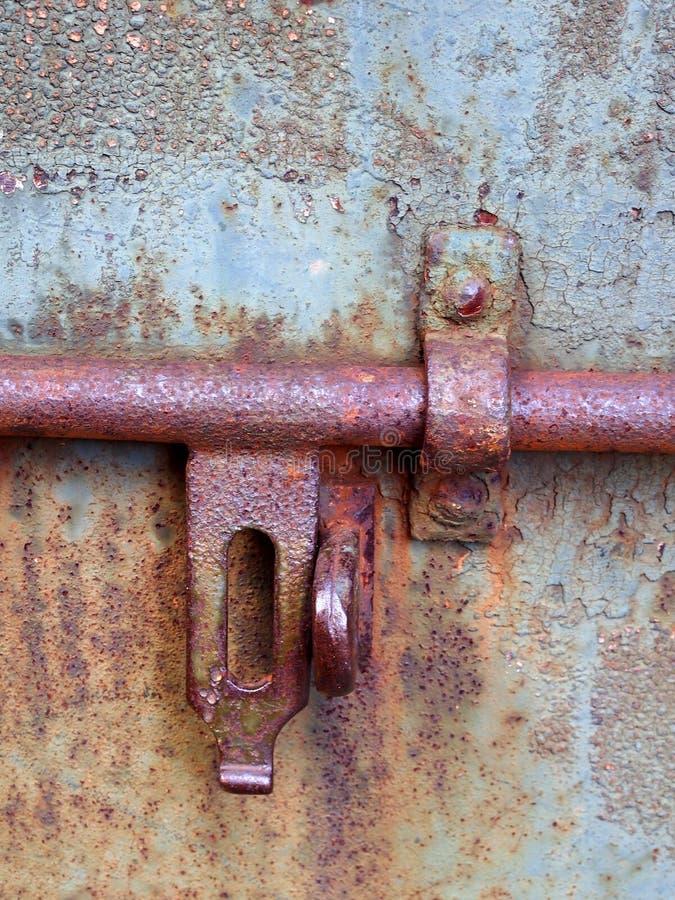 一个生锈的厚实的钢锁紧螺栓的细节 库存照片
