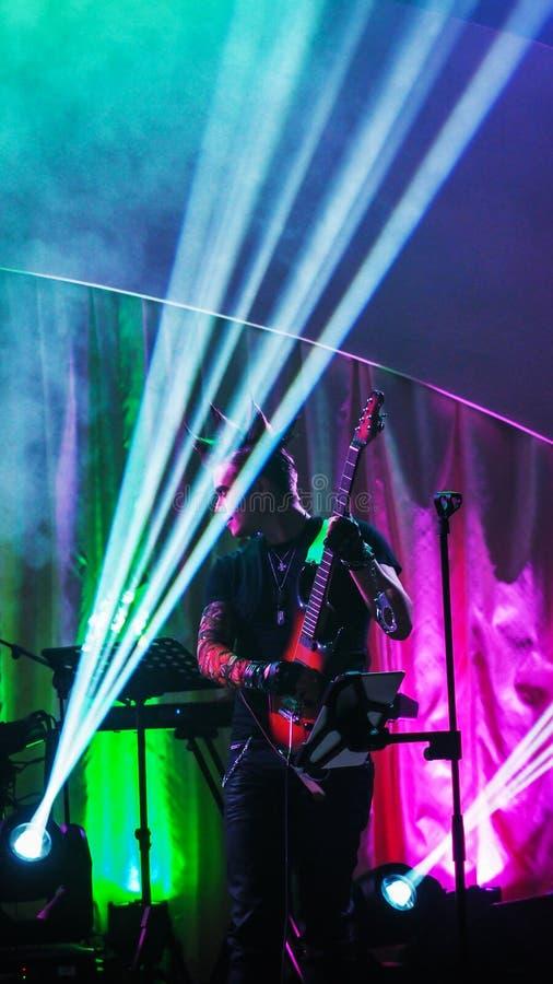 一个生活音乐会的吉他演奏员 免版税库存图片