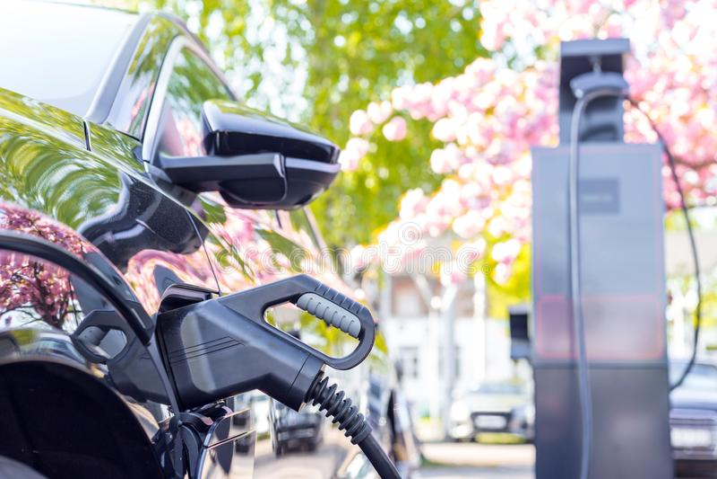 一个电车充电的专栏的看法 免版税库存照片