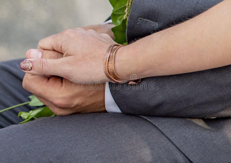 一个男人和一名妇女用他们的手一起编织了 库存照片