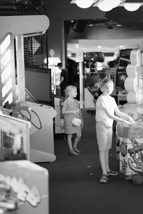 一个男孩和一个女孩游戏室的 库存图片
