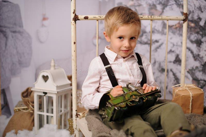 一个男孩的圣诞节会议在森林里 免版税库存图片