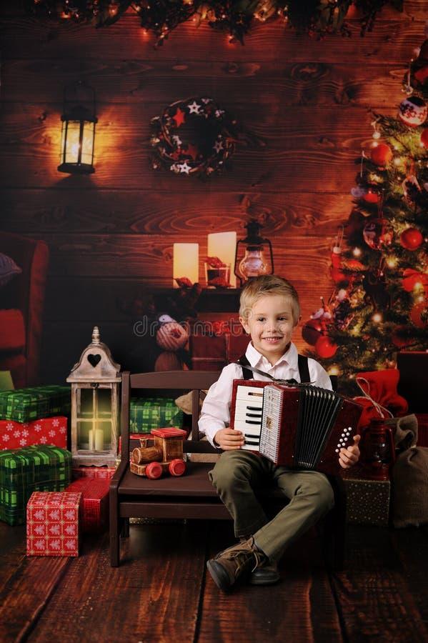 一个男孩的圣诞节会议在森林里 免版税库存照片