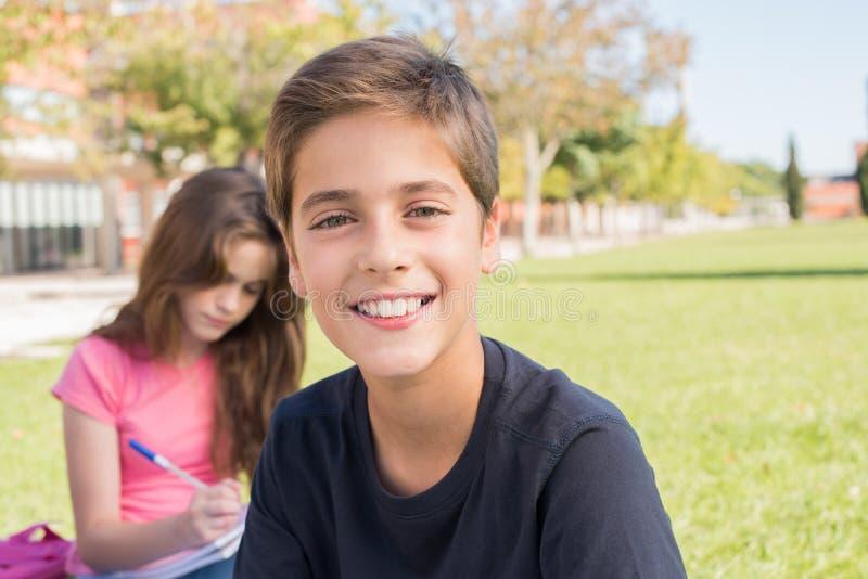 一个男孩的画象在学校校园里 免版税库存图片