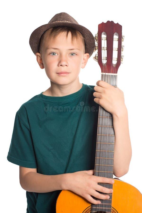 一个男孩的画象有吉他的 免版税库存图片