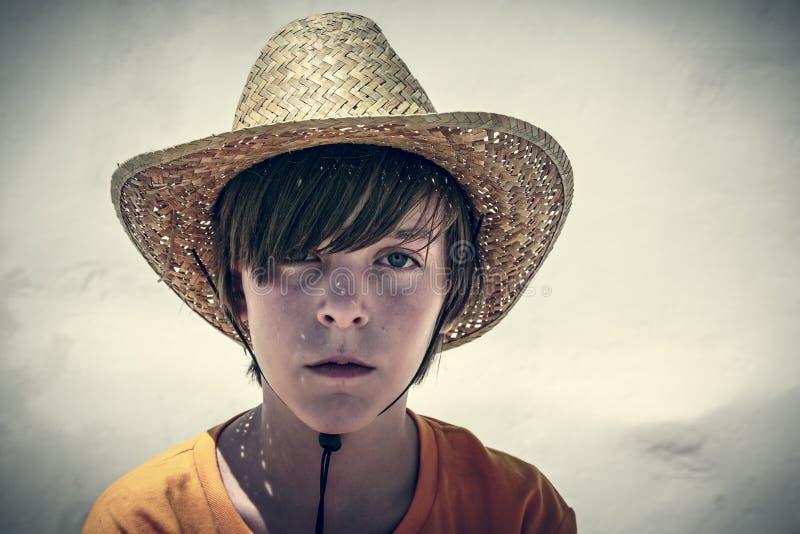 一个男性少年的画象有草帽的 免版税库存图片