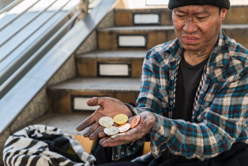 一个男性无家可归的叫化子的失望的面孔表示 图库摄影