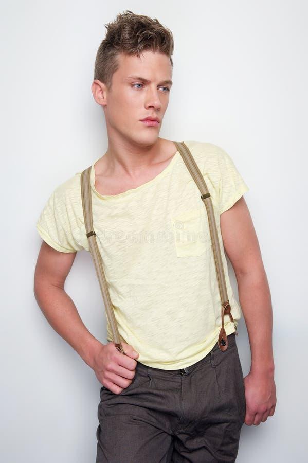 与悬挂装置的男性时装模特儿 免版税库存图片